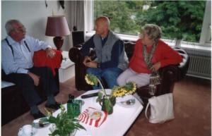 Joop Smidt (links) tijdens het bezoek van twee Duitse antifascisten, augustus 2005