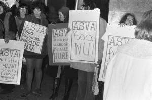 ASVA-demonstranten met protestborden waarop om prijscompensatie wordt gevraagd, 15 januari 1974 (CC BY-SA 3.0 NL)